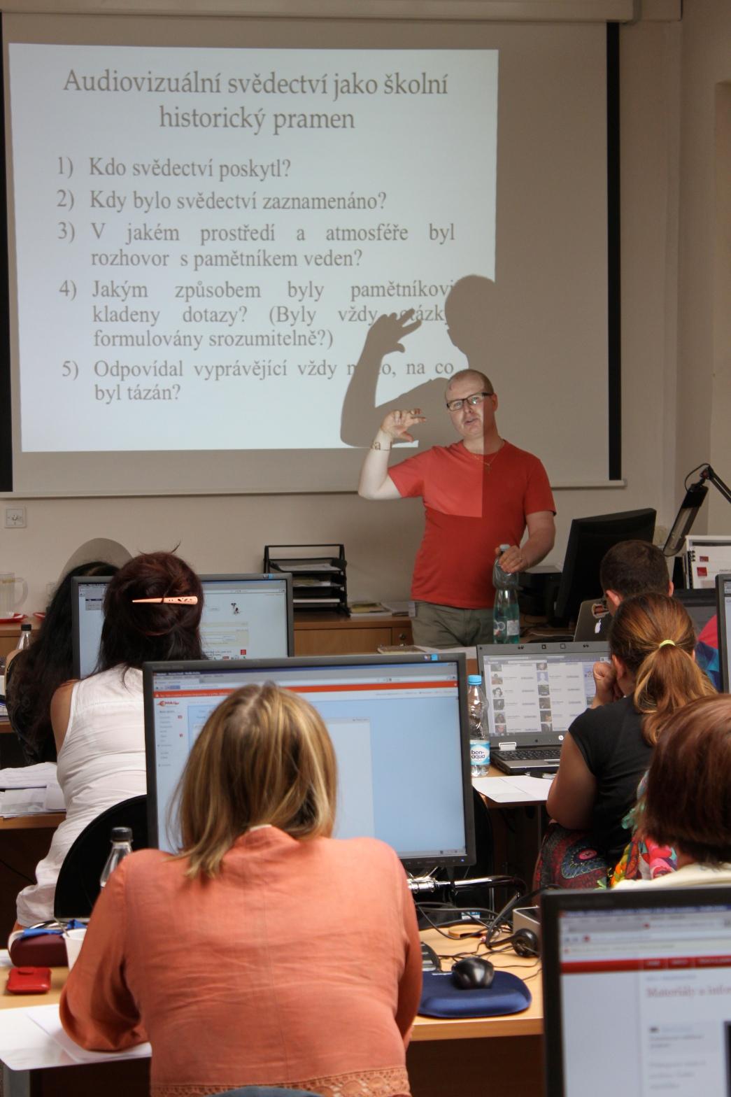 Didaktik dějepisu a středoškolský učitel dr. Milan Hes přiblížil účastníkům semináře různé aspekty práce s orální historií v rámci výuky