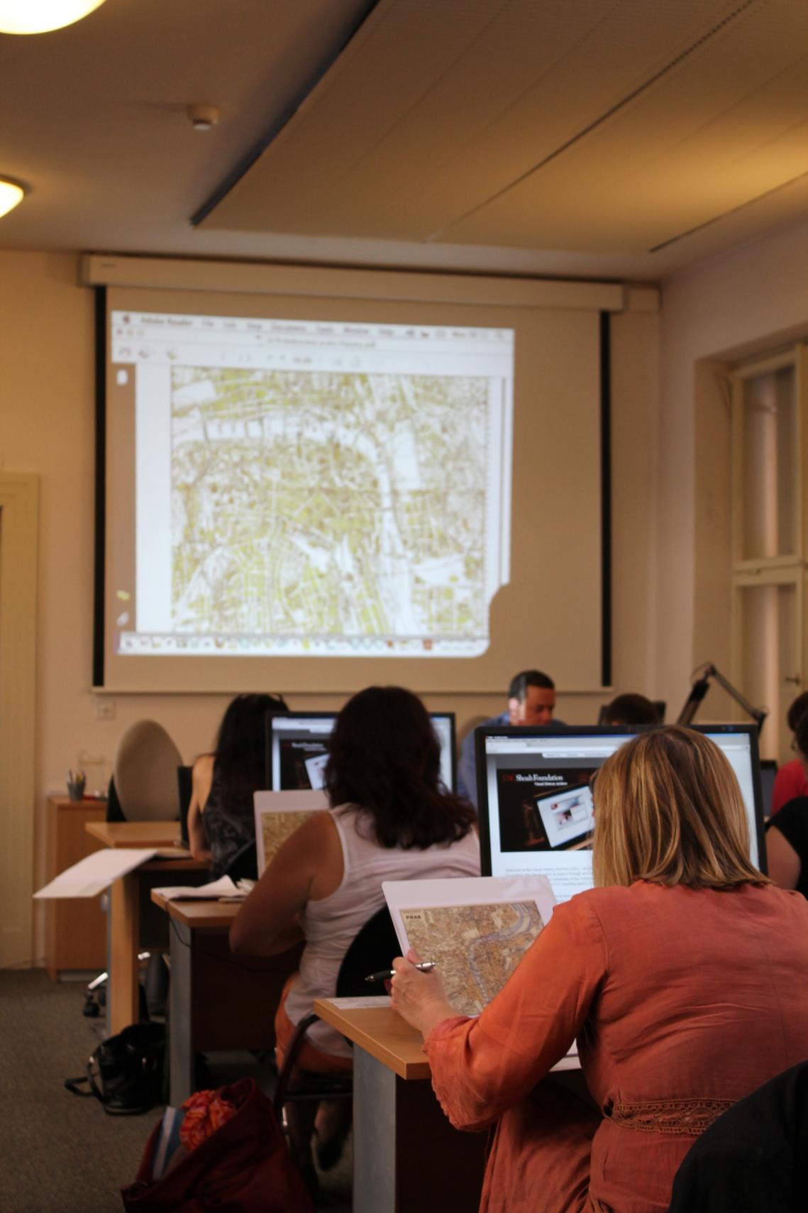 Součástí programu semináře byla i procházka za pamětí významných míst protektorátní Prahy