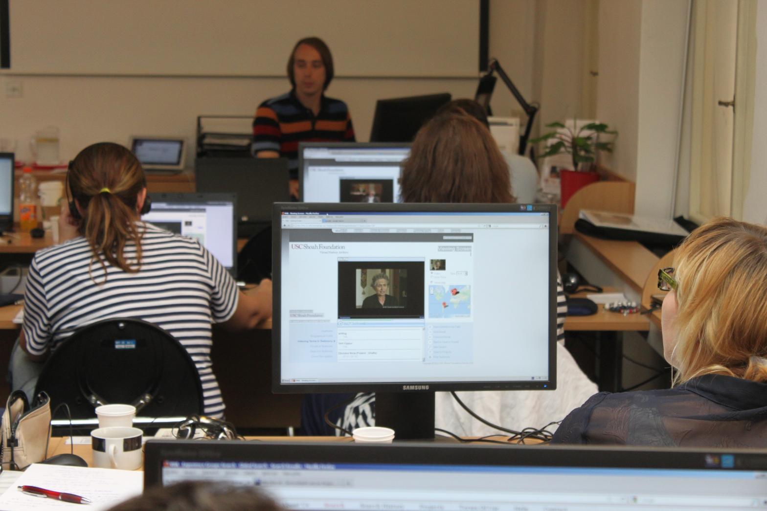 Jakub Mlynář, koordinátor CVH Malach, seznámil účastníky s  vyhledávacím rozhraním Archivu, aby mohli co nejefektivněji nalézt vhodná svědectví pro své plánované vzdělávací projekty