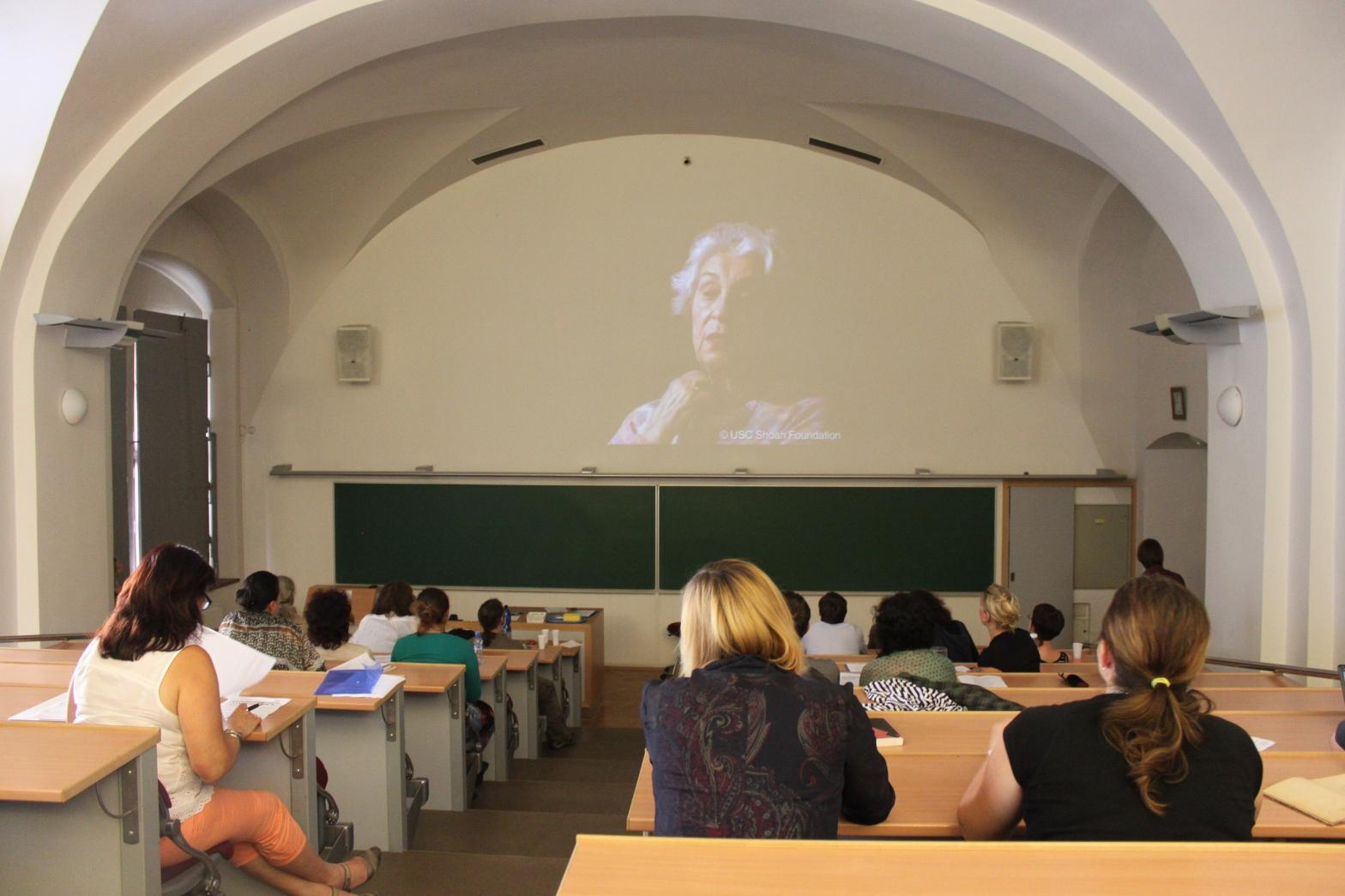 Pátý den semináře se s novou skupinou pedagožek a pedagogů o své zkušenosti podělili také frekventanti prvního ročníku, který proběhl v srpnu 2012